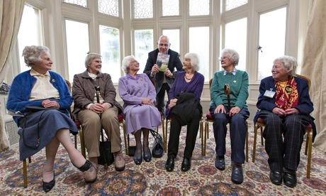 Seis señoras de avanzada edad en la presentación de un libro