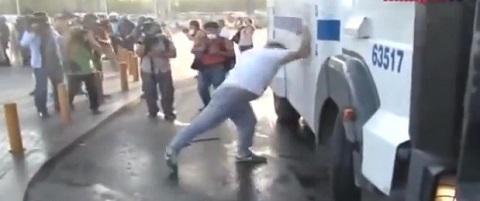 Enfrentando um canhão de água