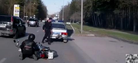 Batendo no carro da policia