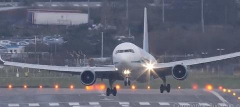 Boeing 767 aterrissando com rajadas de vento