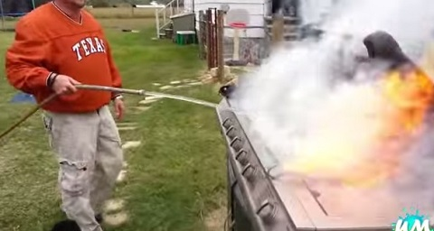 Idiotas tentando fazer churrasco