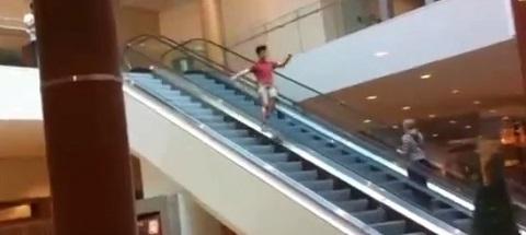 A pior maneira e descer uma escada rolante