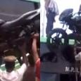 A maneira mais fácil de colocar uma moto no bagageiro de um ônibus