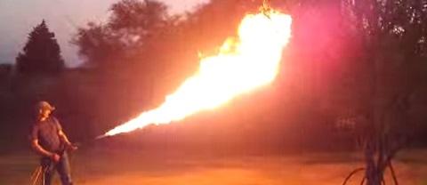 Maluco constrói um lança-chamas caseiro usando uma mochila