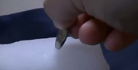 O que acontece se você inserir uma moeda em um bloco de gelo seco