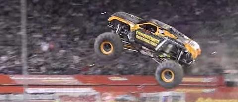 Piloto leva espectadores ao delírio com um Monster Truck