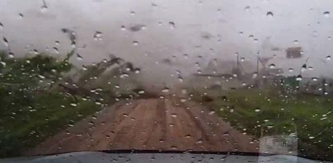 Bom motivo para não sair de carro no meio de um tornado