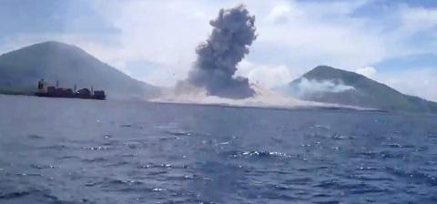 Momento que um vulcão entra em erupção na Nova Guine