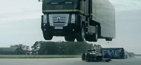Carreta salta sobre carro de Fórmula 1