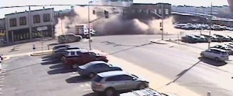 SUV bate e derruba metade do edifício