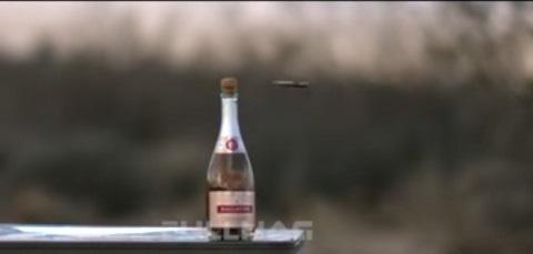 Abrindo uma garrafa de champagne com uma .50