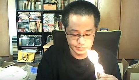 Japonês desastrado colocando fogo na casa