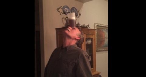O que a pessoa não faz para beber um copo de cerveja