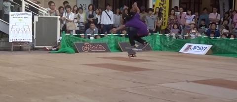 Garoto de 12 anos mostra toda sua habilidade no Freestyle skate
