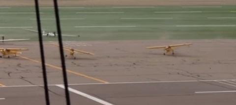 Rajadas de vento fazem aviões decolarem em aeroporto