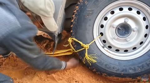 Como desatolar um carro no meio do deserto