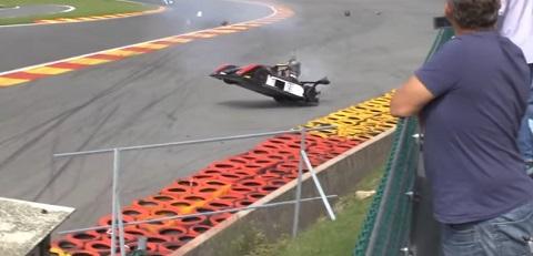 Carro literalmente voa em acidente na Euromaster race