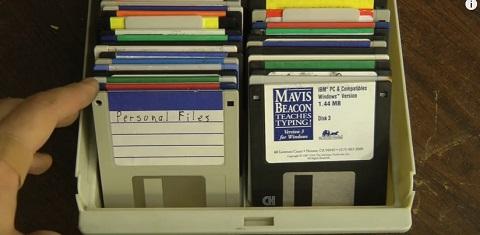 A maneira mais legal de destruir seus disquetes antigos