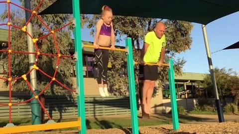 Pai tenta copiar os movimentos de ginástica da filha