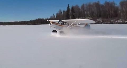 É só um avião dando um Drifting