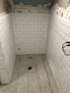 Proceso de alicatado de paredes y solado de baños y aseo