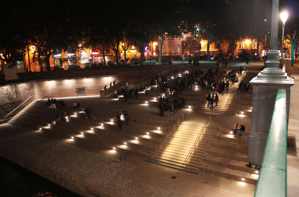 Vue nocturne des gradins de la place Saint-Pierre à Toulouse