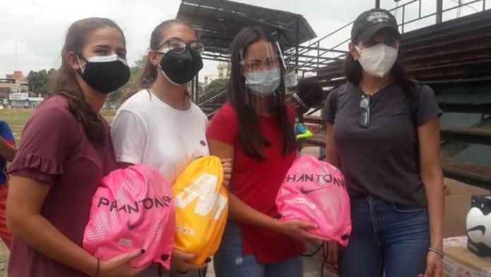 Deyna Castellanos donó 60 balones y 180 uniformes a escuela de fútbol en Maracay 2