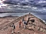 Una vieja trinchera con forma de efe excavada en lo alto de la cima nos conduce hasta su otro extremo. / LUIS ROCA ARENCIBIA