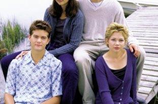 Joshua Jackson, Katie Holmes, James VanDerBeek, and Michelle Williams on the North Carolina set of 'Dawson's Creek'.