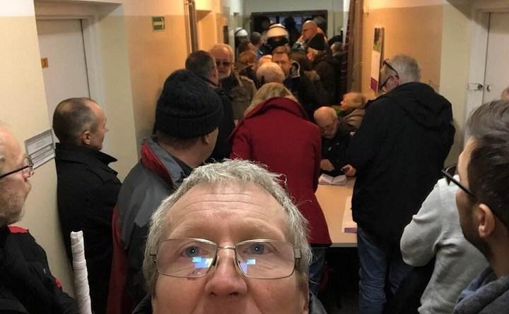 Obywatele RP stłoczeni na komisariacie przy ul Dzielnej w Warszawie