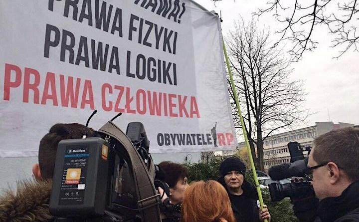 Obywatele RP pikietują przed komisariatem przy ul. Trzemeskiej we Wrocławiu