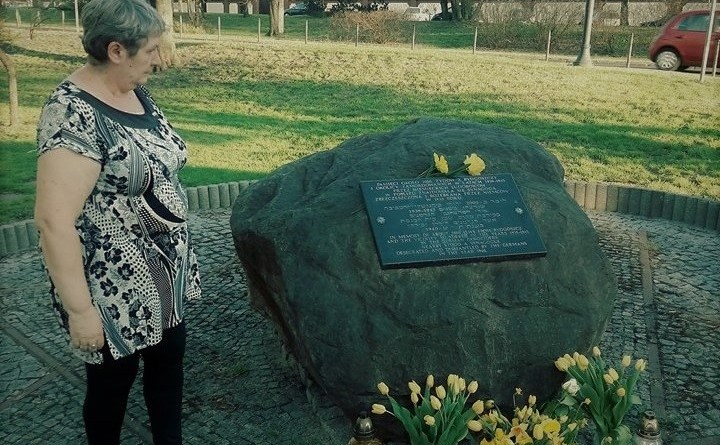 Obywatele RP skłądają kwiaty przy tablicy upamiętniającej dawnych żydowskich mieszkańców