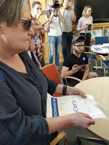 Agnieszka Holland podczas składania apelu wPrzedstawicielstwie Komisji Europejskiej wWarszawie
