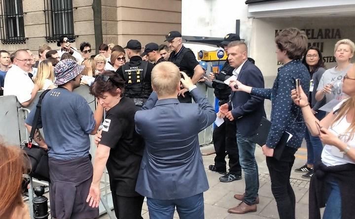 Bartosz Arłukowicz wyszedł przed barierki, by wprowadzić do Sejmu cztery osoby