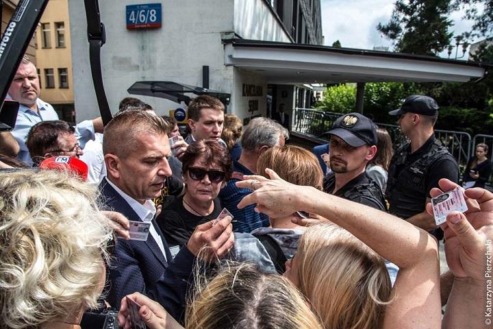 Poseł Arłukowicz wprowadza ludzi doSejmu