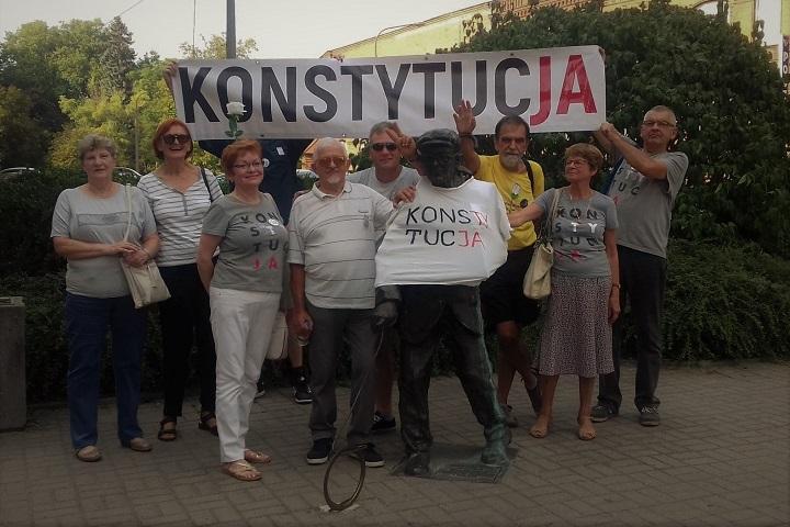 """Obywatele RP iObywatele GW 66-400 ubrali gorzowskie pomniki wkoszulki znapisem """"Konstytucja"""""""