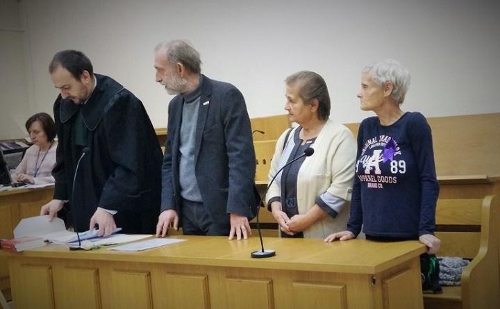 Leokadia Jung, Lucyna Łukian i Wojciech Kinasiewicz na sali sądowej