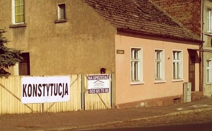 """Napis """"Konstytucja"""" w Sulęcinie"""