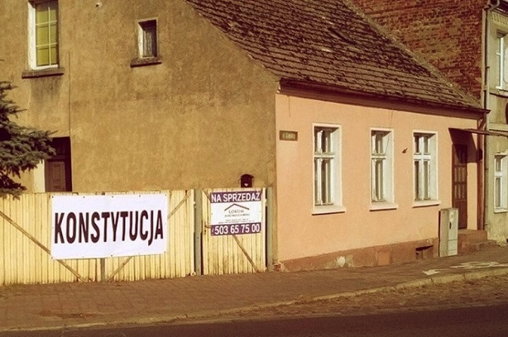 """Napis """"Konstytucja"""" wSulęcinie"""
