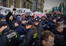 Policja spycha Obywateli RP i toruje drogę dla marszu ONR, Warszawa 29 kwietnia 2017