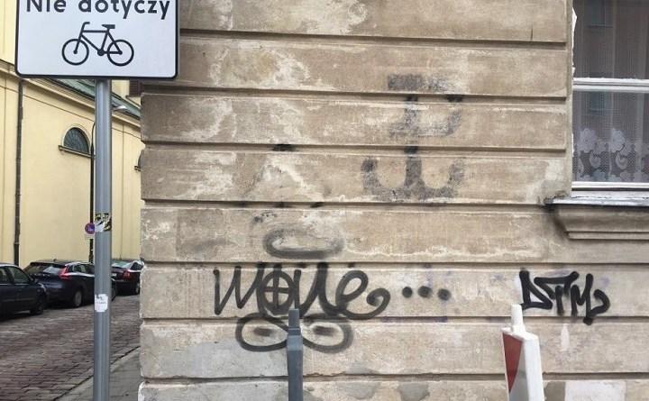 Krzyż celtycki wisi od roku w centrum Warszawy pod PW