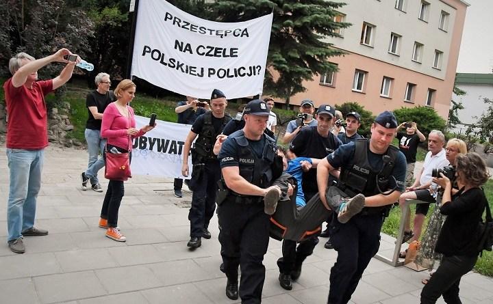 Warszawa. 16 osób zatrzymanych zaodmowę poddania się bezprawnemu legitymowaniu