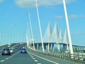 samochody na moście w Lizbonie