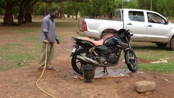 PArfait Gouba, malade épileptique ayant bénéficié d'une motopompe pour le lavage des engins