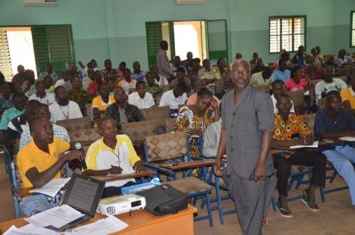 Victorien Ouangrawa, le formateur développe son module sur l'incivisme
