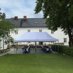 Pyntet til fest telt på hull 1