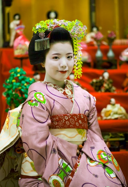 maiko-ayano-with-hina-matsuri-dolls_03-2009_2