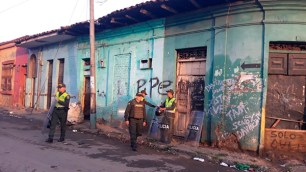 La policía vigila la demolición