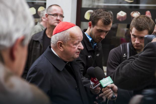 Kardynał Stanisław Dziwisz znalazł się w ogniu krytyki po kazaniu podczas Drogi Krzyżowej w Wielki Piątek