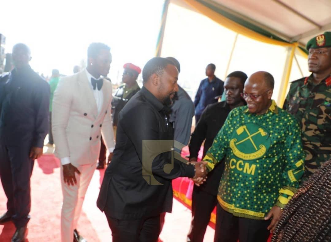 President Magufuli shaking hands with Babu Tale.